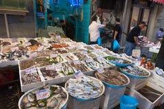 Typisk utomhus- italiensk fiskmarknad med den nya fisken och skaldjur, Arkivbilder