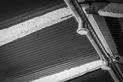 Typisk uttaglufthål och central ventilationskanal En rund galvaniserad stålkanal som förbinder till en typisk diffusor arkivbilder