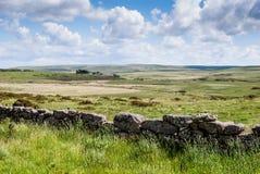 Typisk vägg för torr sten på en jordbruksmark Arkivbilder