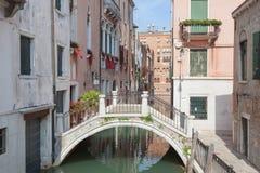 Typisk Venedig skymt, med kanalen och bron Arkivbilder