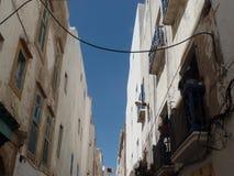 Typisk vit tvättade byggnader i Essaouira, Marocko royaltyfri fotografi