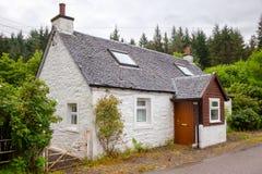 Typisk vitt landshus i Skottland UK royaltyfria bilder
