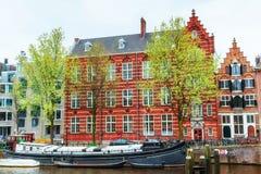 typiska amsterdam kanalhus Arkivbilder