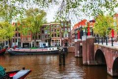 typiska amsterdam kanalhus Fotografering för Bildbyråer