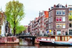 typiska amsterdam kanalhus Royaltyfria Foton