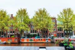 typiska amsterdam kanalhus Royaltyfri Bild
