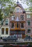 Typiska byggnader i det historiska området av Amsterdam längs kanalerna Royaltyfri Foto