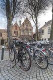 Typiska byggnader och lappad fyrkant i Bruges Royaltyfria Bilder