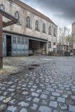 Typiska byggnader och lappad gård i Bruges Royaltyfri Bild
