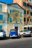 Typiska byggnader och retro bil, Corfu Royaltyfria Bilder