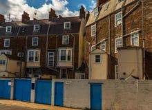 Typiska engelska byggnader, byggnader för röd tegelsten, högväxt vägg och bl Fotografering för Bildbyråer