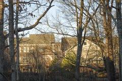 Typiska förorts- hus på sydlig Förenta staterna Arkivbild