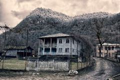 Typiska gamla familjhus i byar av Abchazien i berg Royaltyfria Foton