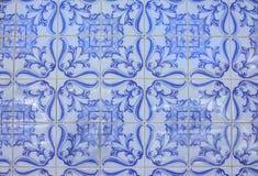 Typiska gamla tegelplattor av Portugal, detalj av en klassisk azulejo för keramiska tegelplattor royaltyfri foto