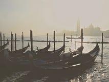 Typiska gondoler i Venedig med dimma royaltyfria foton