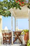 Typiska grekiska utomhus- kaféer på ön av Royaltyfria Bilder