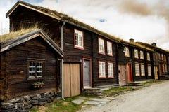 Typiska hus av Roros royaltyfria bilder