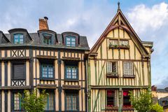 Typiska hus i gammal stad av Rouen, Normandie, Frankrike arkivbilder