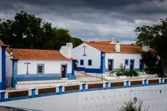 Typiska kalkade terrasserade stugor i den pittoreska historien arkivfoto
