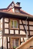 Typiska korsvirkes- hus i den Alsace regionen av Frankrike 02 Arkivfoto