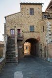 Typiska medeltida byggnader i en Tuscan by i Italien arkivbilder