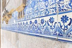 Typiska portugisiska garneringar med kulöra keramiska tegelplattor och lodisar arkivfoto