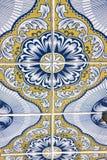 Typiska portugisiska garneringar med kulöra keramiska tegelplattor - perspektivsikt royaltyfri foto