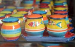 Typiska portugisiska souvenir framläggas på ettfönster för medverkan av köpare Royaltyfri Foto