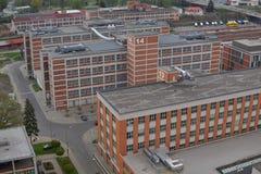 Typiska rektangulära industribyggnader som göras av röda tegelstenar och vertikala fönster i det gamla fabriksområdet i Zlin Royaltyfri Fotografi