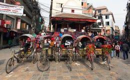 Typiska rickshas i den Katmandu staden Arkivfoto