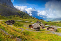 Typiska schweiziska alpina lantbrukarhem och Eiger berg, Bernese Oberland, Schweiz Royaltyfri Fotografi