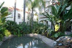 Typiska sydliga Kalifornien, bostads- villor för spansk stil, lägenheter royaltyfria bilder