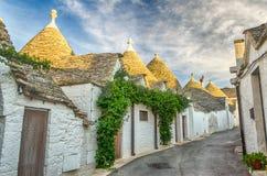 Typiska trullibyggnader i Alberobello, Apulia, Italien Arkivbild