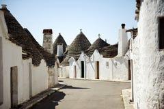 Typiska trullibyggnader med koniska tak i Alberobello, Apulia, Italien Fotografering för Bildbyråer