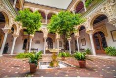 Typiska uteplatser av Seville royaltyfri fotografi