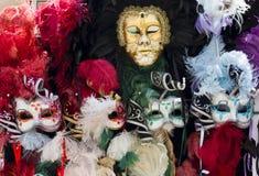 Typiska Venetian karnevalmaskeringar Arkivfoto