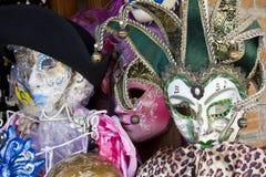 Typiska Venetian karnevalmaskeringar Arkivbilder