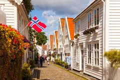 Typiska vita träbyggnader i Stavanger Arkivbild