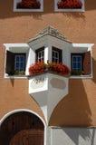Typiska Windows med balkongen - Zuoz Schweiz arkivbild
