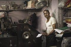 Typograaf in een oud laboratorium in Jaipur, India Stock Foto