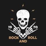 Typografi för Vagga-n-rulle musikgrunge för t-skjorta Kläderdesign med den skeletthänder och skallen Diagram för kläder tryck, dr stock illustrationer