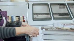 Typografi - polygrafprintingprocess - en hand för kvinna` s avslutar ett papper för en tidskrift stock video