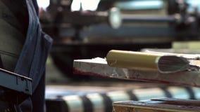 Typografia pracownik uzupełnia rozkaz dla malować zbiory