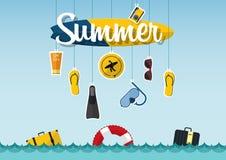 Typografie des Sommers auf dem Strand mit Ikonen stellte von der Reise im flachen Design ein Vektor Lizenzfreies Stockbild