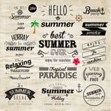 Typografie-Sommerferien-Ausweis-Vektor-Design Lizenzfreie Stockbilder