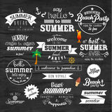 Typografie-Sommerferien-Ausweis-Vektor-Design Lizenzfreie Stockfotos