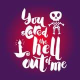 Typografieplakat mit dem Skelett und Kerze Glückliches Halloween han vektor abbildung