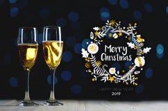Typografikonst för glad jul Två exponeringsglas av Champagne Dark Gl royaltyfria bilder