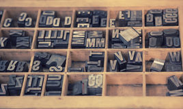 Typografische brieven in houten vakje stock foto's