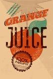 Typografisches Retro- Orangensaftplakat des Schmutzes mit Schmutzstempel für 100% Naturprodukt Auch im corel abgehobenen Betrag E Lizenzfreie Stockfotos